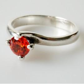 Žiedas su raudonu, oranžiniu Cirkoniu Ž125